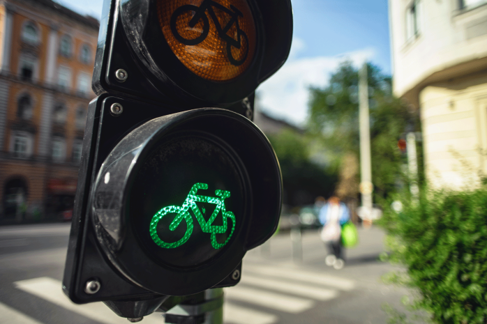 shutterstock_1235608609-biking-mobility-transport-street-traffic-light-bike-reduced