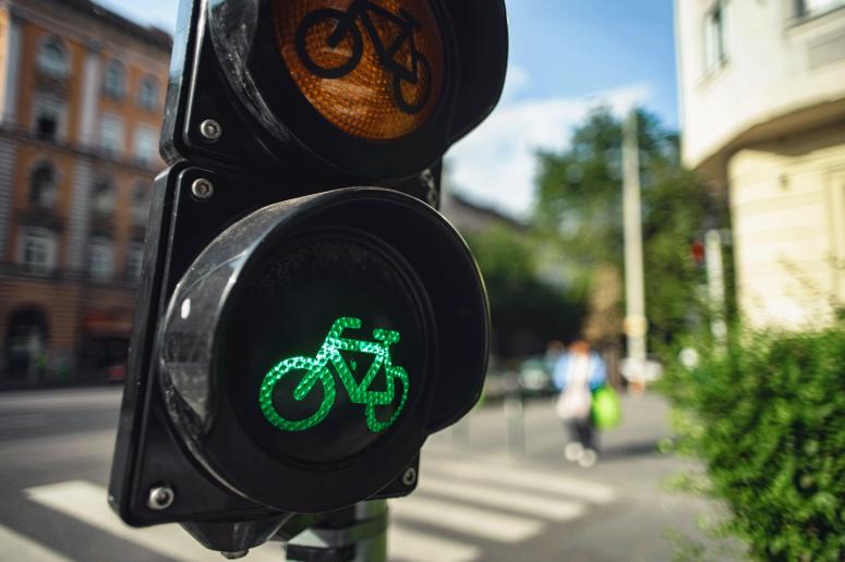 shutterstock_1235608609-biking-mobility-transport-street-traffic-light-bike-reduced